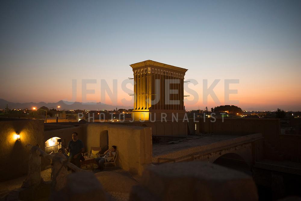 Iran, Yazd, 31.08.2016: Ein Badgir (Windturm) auf dem Dach eines Hauses in der Altstadt von Yazd, Provinz Yazd, Zentral-Iran.