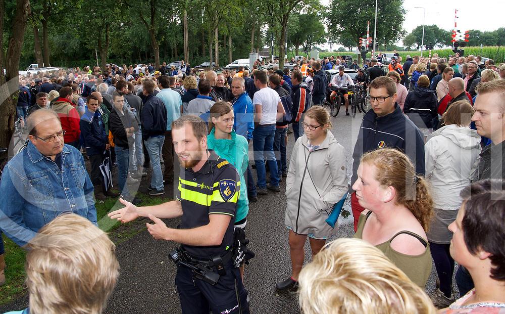 STAPHORST - Zoekactie Bert v/d Hoek onder weg met een blauw/grijze fiets.<br /> Aan de Kamweg bij Talens Houthandel kwamen honderden mensen om deel te nemen aan de zoekactie.<br /> Foto: politie man geeft de mensen tekst en uitleg.<br /> FFU PRESS AGENCY COPYRIGHT FRANK UIJLENBROEK