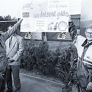 NLD/Scherpenzeel/19920620 - Mr.Pieter van Vollenhoven rijdt motor in Scherpenzeel, cheque overhandiging