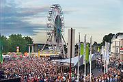 Nederland, The Netherlands, 16-7-2016Recreatie, ontspanning, cultuur, dans, theater en muziek in de binnenstad. Onlosmakelijk met de vierdaagse, 4daagse, zijn in Nijmegen de vierdaagse feesten, de zomerfeesten. Talrijke podia staat een keur aan artiesten, voor elk wat wils. Een week lang elke avond komen ruim honderdduizend bezoekers naar de stad. De politie heeft inmiddels grote ervaring met het spreiden van de mensen, het zgn. crowd control. De vierdaagsefeesten zijn het grootste evenement van Nederland en verbonden met de wandelvierdaagse. Hier het podium op de WaalkadeFoto: Flip Franssen