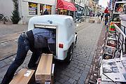 Nederland, Nijmegen, 9-12- 2008 Winkeliers in Nijmegen hebben een nieuwe manier om hun goederen af te leveren. Binnenstadservice.nl. Een distributiecentrum buiten het centrum van de stad fungeert als afleveradres voor  aangesloten winkeliers. Van daaruit worden de bestellingen per bakfiets of bestelauto op aardgas naar de winkel gebracht. Het project wordt gesteund door het programma filevermindering op de korte termijn van het ministerie van Verkeer en Waterstaat .Foto: Flip Franssen/Hollandse Hoogte