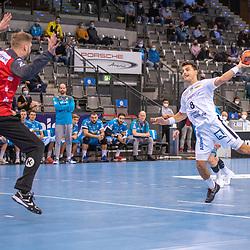 """Torwart Johannes """"Jogi"""" Bitter (TVB 1898 Stuttgart) und Lucas Krzikalla (SC DHfK Leipzig) beim Siebenmeter.<br /> <br /> Deutschland, Stuttgart, 29.10.2020, Handball, Bundesliga: TVB 1898 Stuttgart vs SC DHfK Leipzig, Saison 2020/2021, 6. Spieltag, Porsche-Arena<br /> <br /> Foto © PIX-Sportfotos *** Foto ist honorarpflichtig! *** Auf Anfrage in hoeherer Qualitaet/Aufloesung. Belegexemplar erbeten. Veroeffentlichung ausschliesslich fuer journalistisch-publizistische Zwecke. For editorial use only."""