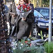 NLD/Laren/20081206 - Leontien Borsato - Ruiters koopt bloemen in Laren