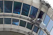 Mannheim. 04.04.14 Fernmeldeturm.<br /> Das Gelände um den Mannheimer Fernsehturm ist zur Zeit weiträumig abgesperrt. Eine Glasscheibe am Restaurant ist gesprungen und soll derzeit von der Feuerwehr nach innen geborgen werden, teilte die Polizei mit. Nach ersten Einschätzungen könnte die Scheibe mit einer Größe von 3 mal 2 Meter und einem Gewicht von 200 Kilogramm rund 120 Meter in die Tiefe stürzen. Aus Sicherheitsgründen sind insbesondere das Hans-Reschke-Ufer und das Neckarufer weiträumig abgesperrt. Die Haltestelle Fernmeldeturm ist derzeit gesperrt. <br /> <br /> Bild: Markus Proßwitz 04APR14 / masterpress / images4.de