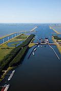 Nederland, Zeeland, Reimerswaal, 12-06-2009; Kreekraksluizen, onderdeel Schelde-Rijnverbinding, kanaal tussen de haven van Rotterdam en die van Antwerpen. De sluizen hebben zout-zoetscheidingssysteem, het zoete water van het Zoommeer (naar links) kan niet mengen met het zoute water. Boven in beeld het Markietzaatsmeer. .luchtfoto (toeslag), aerial photo (additional fee required).foto/photo Siebe Swart
