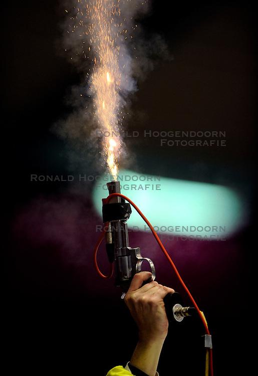23-02-2008 SCHAATSEN: FINALE ISU WORLD CUP: HEERENVEEN<br /> Starter startpistool vuur vlam illustratief schaats item<br /> ©2008-WWW.FOTOHOOGENDOORN.NL