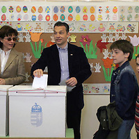 Opposition pary politian Viktor Orban votes during the parlamentary elections with his family.
