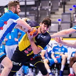 Drasko Nenadic (HSC 2000 Coburg #15) ; in der Zange von: Samuel Roethlisberger (TVB Stuttgart #17) ; Andreas Maier (TVB Stuttgart #19) ; 1. Handball-Bundesliga, HBL: TVB Stuttgart - HSC 2000 Coburg am 06.02.2021 in Stuttgart (PORSCHE Arena), Baden-Wuerttemberg, Deutschland<br /> <br /> Foto © PIX-Sportfotos *** Foto ist honorarpflichtig! *** Auf Anfrage in hoeherer Qualitaet/Aufloesung. Belegexemplar erbeten. Veroeffentlichung ausschliesslich fuer journalistisch-publizistische Zwecke. For editorial use only.