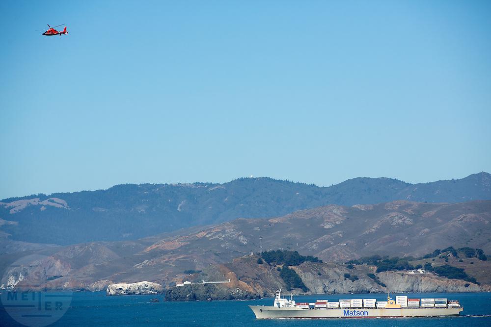 Een vrachtboot vaart bij de baai van San Francisco. De Amerikaanse stad San Francisco aan de westkust is een van de grootste steden in Amerika en kenmerkt zich door de steile heuvels in de stad.<br /> <br /> A freighter sails at the San Francisco Bay. The US city of San Francisco on the west coast is one of the largest cities in America and is characterized by the steep hills in the city.