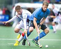 WASSENAAR - HOCKEY - Duel tussen Jan Willem Buissant (l) van A'dam en Floris van der Linden van HGC tijdens de hoofdklasse competitiewedstrijd tussen de mannen van HGC en Amsterdam (3-3). COPYRIGHT KOEN SUYK