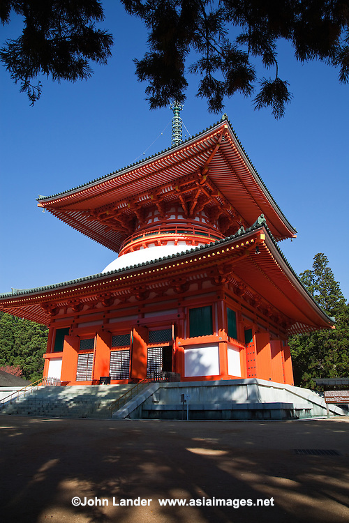 Daito Stupa was started by Kobo Daishi in 816 and was completed in 887 by Shinzen Daitoku. This massive structure represents the ideals of Shingon Buddhism and is known as the Fundamental Great Stupa. In Japan, this building was the first pagoda built in the tahoutou style.