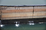 Nederland, The Netherlands, Mook, 3-1-2017In Mook is recreatieplas de Mookerplas niet meer bereikbaar vanaf de Maas. Het water is te ver gezakt. Wel probeert men het leeglopen van de plas te stoppen door planken met plastic in de sluisopening aan te brengen.  Het haventje van Mook ligt droog en een woonboot ligt scheef op de  oever. Rijkswaterstaat heeft twee waterpompen laten aanrukken om vanuit de Maas water te pompen in het Maawaal kanaal. Hierdoor kan het stuk tot aan de rivier de Waal, waaronder een industriegebied bij Nijmegen, weer bevaren worden. De pompen hebben een capaciteit van 1400 liter per seconde. Foto: Flip Franssen