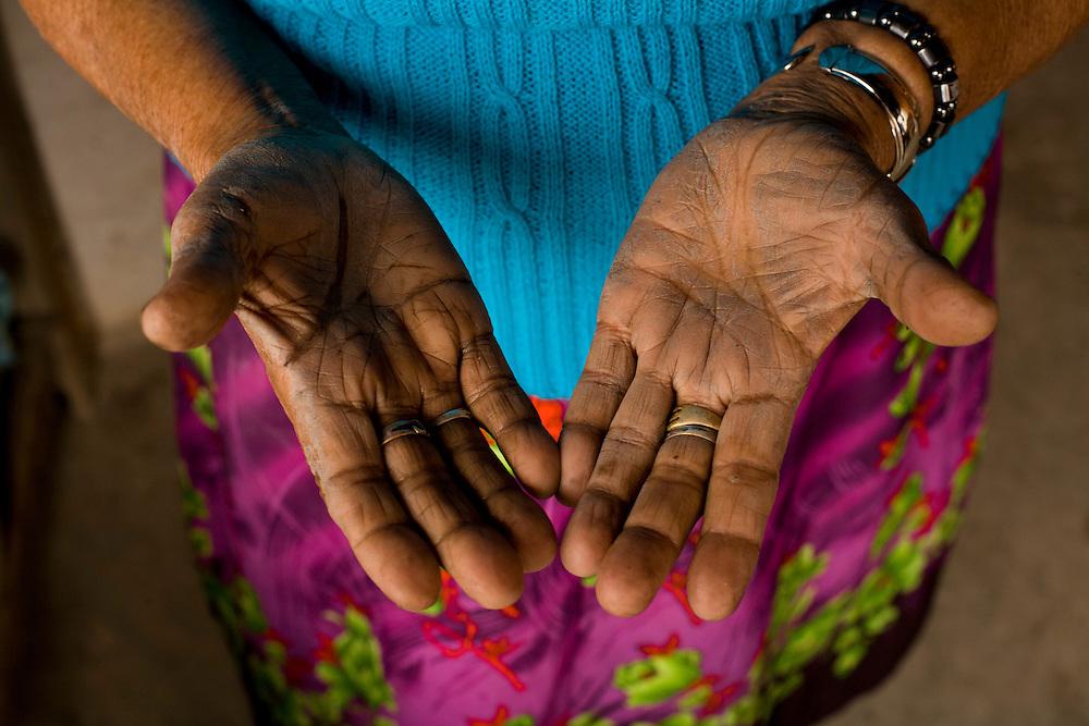 Ponto dos Volantes_MG, Brasil...Mestre artesa , ceramista, ela fabrica as famosas bonecas de jequitinhonha em Ponto dos Volantes, Minas Gerais. Na foto detalhe das maos...A craftwoman, ceramist, She produces famous dolls from Jequitinhonha in Ponte dos Volantes, Minas Gerais. In this photo craftwoman hands...Foto: LEO DRUMOND / NITRO
