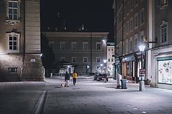 09.04.2020, Salzburg, AUT, Coronavirus in Österreich, im Bild Spaziergänger mit ihrem Hund während der Coronavirus Pandemie // Walker with their dog during the World Wide Coronavirus Pandemic in Salzburg, Austria on 2020/04/09. EXPA Pictures © 2020, PhotoCredit: EXPA/ JFK