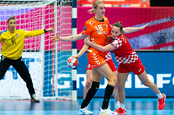 Kelly Dulfer of Netherlands, Paula Posavec of Croatia in action during the Women's EHF Euro 2020 match between Croatia and Netherlands at Sydbank Arena on december 06, 2020 in Kolding, Denmark (Photo by RHF Agency/Ronald Hoogendoorn)