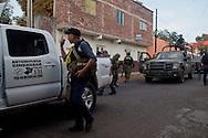 """""""Andiamo a pulire la città! Loro sono con noi"""" annuncia capitano dell'autodifesa ai suoi colleghi. A Los Reyes l'esercito è ufficialmente dalla parte dei comunitari."""