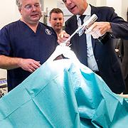 NLD/Amsterdam/20190206- Bezoek Mark Rutte aan het Skills Centre (AMC), Mark Rutte boort in een knie