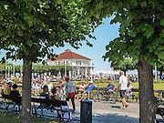 Sopot, 16.07.2015. Jedna z atrakcji turystycznych Sopotu, Plac Zdrojowy łączący molo z ulicą Bohaterów Monte Cassino tzw. Monciakiem.