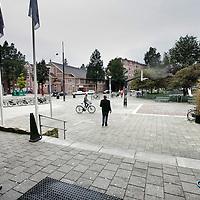 Nederland, Amsterdam , 30 september 2009..Het Timorplein is een centraal gelegen plein in het noord-westkwadrant van de Indische Buurt. De huidige inrichting van het Timorplein is verouderd en sluit niet meer aan bij de gebruikseisen. Het is een plein waar veel gespeeld wordt en een ontmoetingsplek voor de buurtbewoners..Tegenwoordig is er veel overlast door junks, alcoholverslaafden en toeristen uit het Stayokay hotel..The Timorplein (square) has an old fashioned design. The neighbourhood is suffering from nuisance of junks, boozers and the noise of tourists of the Stayokay Hotel.