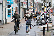 In Utrecht fietsen twee meisjes over de Amsterdamsestraatweg tegen de wind in.<br /> <br /> In Utrecht cyclists are riding against the wind.