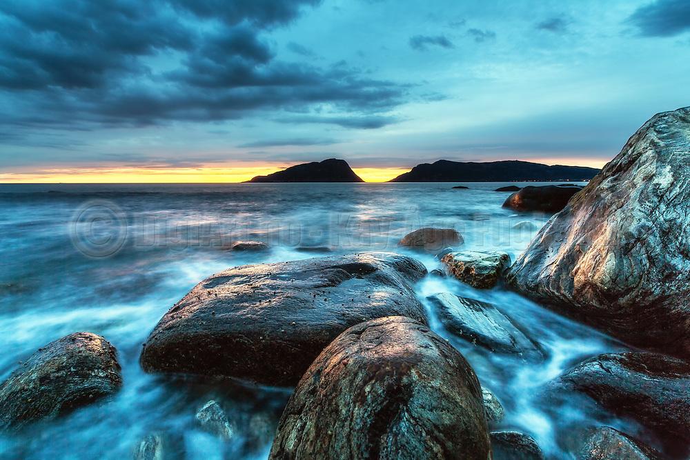 Blurred sea, jyst after sunset   Slørete sjø, rett etter solnedgang.