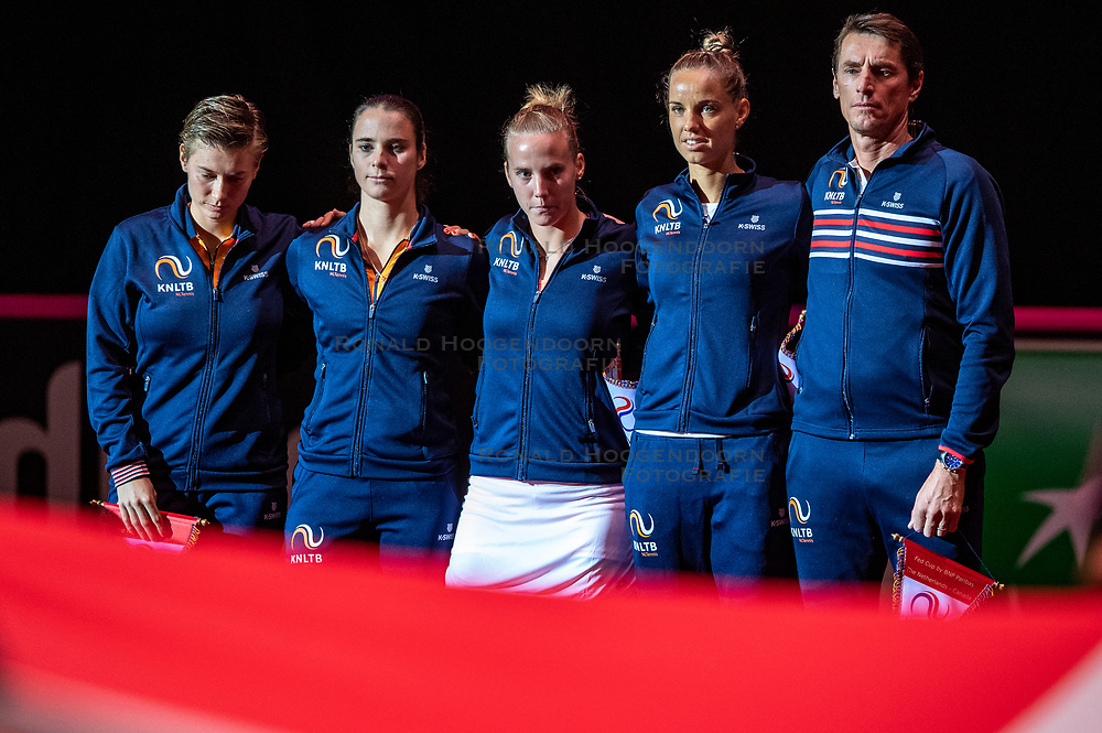09-02-2019 NED: Fed Cup Netherlands - Canada, Den Bosch<br /> The Netherlands loses on the first day of Canada during the first round of the Tennis FedCup. The Dutch FedCup team plays after four years at home and is 2-0 behind / Dutch team (L-R) Demi Schuurs, Bibiane Schoofs, Richel Hogenkamp, Atantxa Rus, Captain Paul Haarhuis