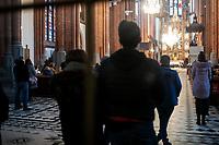 Bialystok, 28.03.2021. Bialostocka Katedra w Niedziele Palmowa. W mszy swietej pod przewodnictwem arcybiskupa seniora Edwarda Ozorowskiego uczestniczylo kilkadziesiat osob, pomimo apeli o zachowanie rezimu sanitarnego - 20 m2 na jedna osobe w kosciolach oraz 1,5 m odstepu pomiedzy ludzmi fot Michal Kosc / AGENCJA WSCHOD