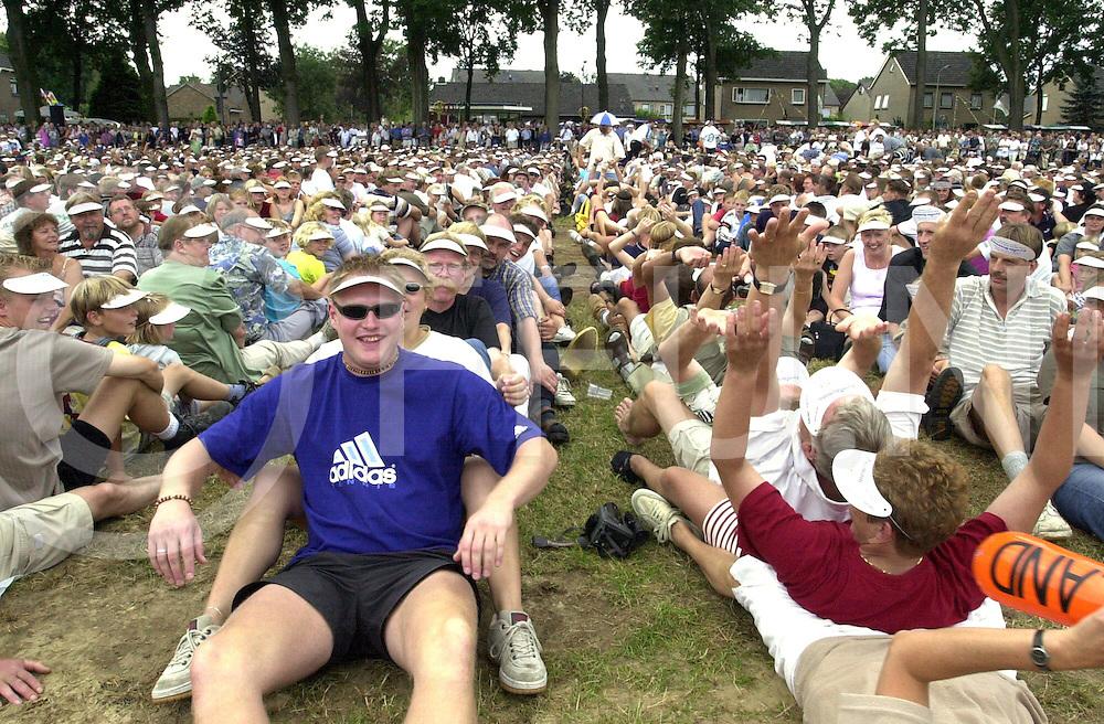 fotografie frank uijlenbroek©2000 michiel van de velde.000820 luttenberg ned.2fuk0820.jpg.poging voor wereldrecord menselijk domino wat helaas mislukt is ze kwamen niet verder dan rond de 2600 mensen.