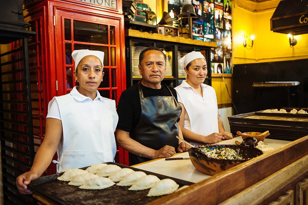 ELABORADORES DE PASTES ADRIANA HERNANDEZ Y CIRO PERALTA Y LUZ MARIA OLVERA