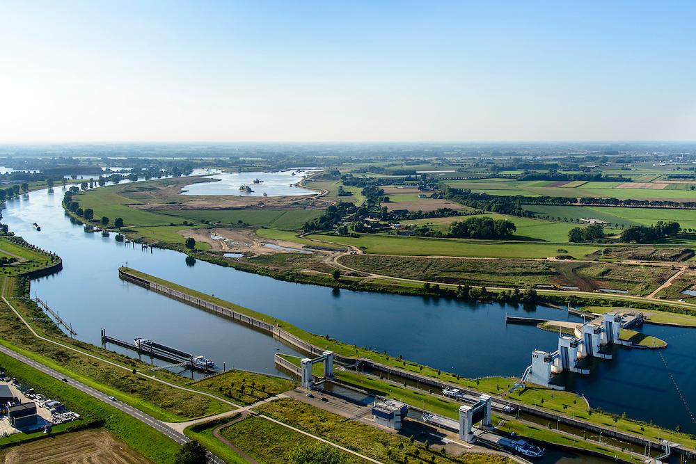 Nederland, Noord-Brabant, Gemeente Oss, 23-08-2016; Lith, Prinses Máxima Sluizen. Het sluizencomplex in de Maas bestaat uit een tweetal sluiskolken, de stuw en de Nuon waterkrachtcentrale.<br /> Meuse near Oss, Brabant. Complex of locks, barrage (or weir) and hydroelectric power plant.<br /> luchtfoto (toeslag op standard tarieven);<br /> aerial photo (additional fee required);<br /> copyright foto/photo Siebe Swart