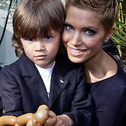 NLD/Amsterdam/20100414 - Uitreiking Mama van het Jaar 2010, Sylvie van der Vaart - Meis en zoontje Damian