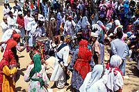 """Pakistan - """"Shiddis """", esclaves de l'empire des Indes - C'est à Mango Pir, mausolée d'un saint soufi du XIII éme siècle, situé à l'extérieur de Karachi que cette communauté noire, tiraillée entre ses racines africaines animistes et son identité musulmane pakistanaise, se retrouve et s'épanouit. Ils campent autour du mausolée dans des abris de fortune - Pendant quatre jours, des milliers de Shiddis venus de tout le sud du Pakistan, festoient, dansent, chantent, prient ensemble - Ils montent ensuite en tournoyant, au son des percussions déchaînés jusqu'au mausolée. Dans un état de transe proche de l'extase mystique, ils énoncent des prophéties ou prodiguent des conseils aux fidèles qui les étreignent avec ferveur. // Pakistan, the black of Pakistan with African origine"""