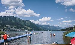 THEMENBILD - Badegäste im Strandbad Erlberg am Südufer des Zeller See genießen das schöne Wetter. Im Hintergrund die Stadt Zell am See, aufgenommen am 13. Juni 2020 in Zell am See, Oesterreich // Bathers in the Erlberg bathing beach on the southern shore of the Zeller See in Zell am See, Austria on 2020/06/13. EXPA Pictures © 2020, PhotoCredit: EXPA/Stefanie Oberhauser