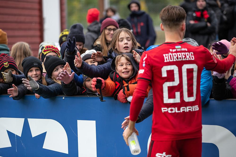 ÖSTERSUND 20210919<br /> Östersunds Felix Hörberg tackar fansen efter söndagens fotbollsmatch i allsvenskan mellan Östersunds FK och IF Elfsborg på Jämtkraft Arena.<br /> Foto: Per Danielsson / TT / kod 11910