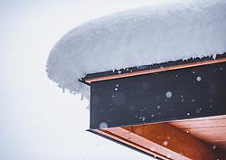 THEMENBILD - Schnee auf einem Flachdach, aufgenommen am 13. November 2019, Piesendorf, Österreich // Snow on a flat roof on 2019/11/13, Piesendorf, Austria. EXPA Pictures © 2019, PhotoCredit: EXPA/ Stefanie Oberhauser