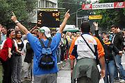 Nederland, Nijmegen, 17-7-2008Vierdaagse, de dag van Groesbeek. Traditioneel de zwaarste vanwege de zevenheuvelenweg die een vijftal heuvels heeft tussen Groesbeek en Berg en Dal. Hier de doorkomst in Berg en Dal. Het publiek langs de route steekt de deelnemers op het laatste stuk een hart onder de riem. De laatste controle, controlepost is in zicht. Op het lichtbord wordt informatie verstrekt over het weer, de afstand tot de finish en de noodzaak de deelnemerskaart te laten knippen. Vanwege de techniek van de lichtjes is niet alles op de foto te lezen.(sluitertijd te snel).Foto: Flip Franssen/Hollandse Hoogte