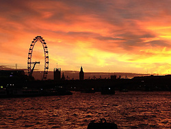 © Licensed to London News Pictures. 08/12/2013. Londoners were treated to a stunning sunset over the Thames this afternoon. Credit : Rob Powell/LNP