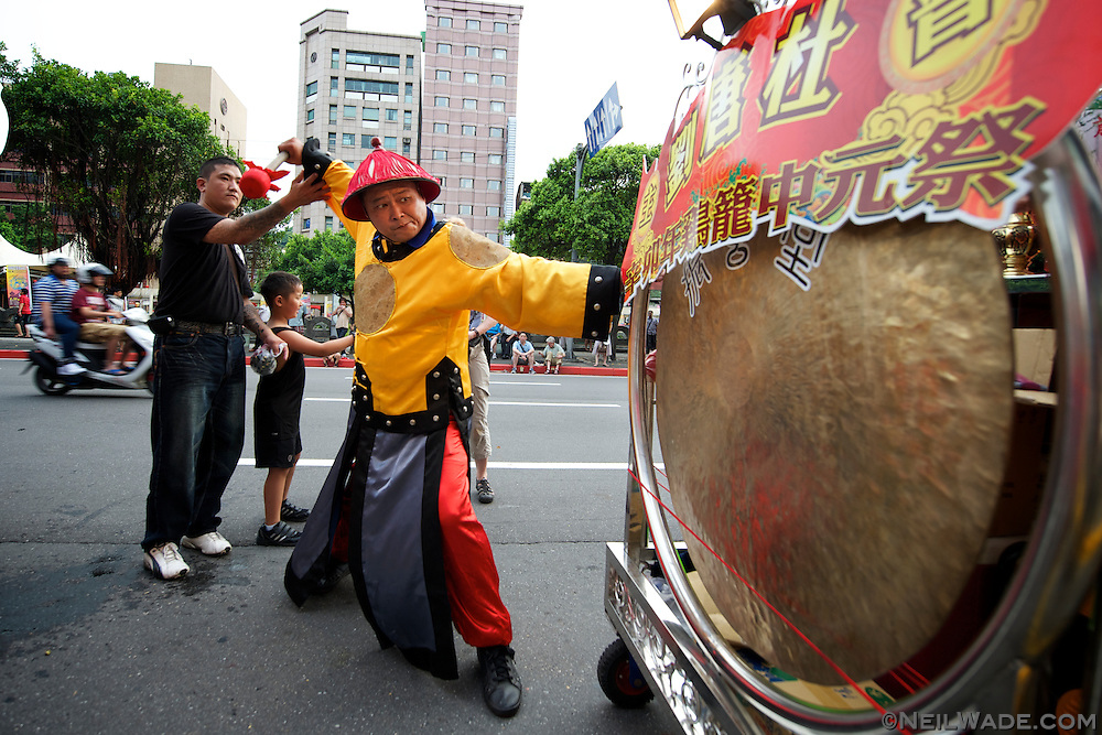 A performer practices before the start of the 2011 Keelung Ghost Festival.