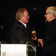 NLD/Bussum/20051212 - Uitreiking Gouden Beelden 2005, Willem van Beusekom reikt carriere award uit aan Piet Römer