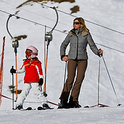 AUD/Lech/20110219 - Fotosessie Nederlandse Koninklijke Familie 2011 op wintersport in Lech, Alexia en Maxima