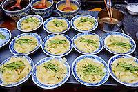 Chine, province du Shaanxi, ville de Xi'an, quartier Musulman Hui, le marché, vendeur de rue de plats cuisinés, plat de pates // China, Shaanxi province, Xian, Hui neighborhood, food market, noodle