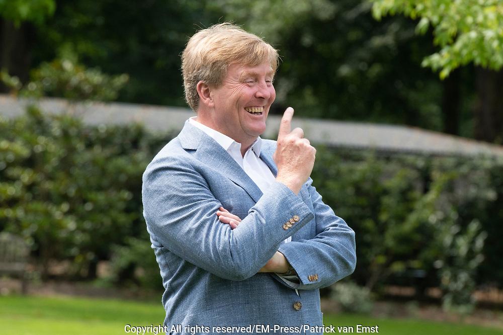Zomerfotosessie 2019 bij Paleis Huis ten Bosch in Den Haag<br /> <br /> Summer photo session 2019 at Palace Huis ten Bosch in The Hague<br /> <br /> Op de foto / On the photo:  Koning Willem-Alexander <br /> <br /> King William Alexander
