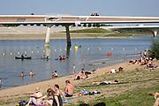 Nederland, Nijmegen, 31-8-2019Door de lage waterstand in de Waal is de aanvoer van water voor de Nevengeul, spiegelwaal, drooggevallen. Hierdoor is er blauwalg ontstaan zodat het een risico is erin te zwemmen . Er is een negatief zwemadvies ingesteld . Sommigen gaan toch in het water.Foto: Flip Franssen