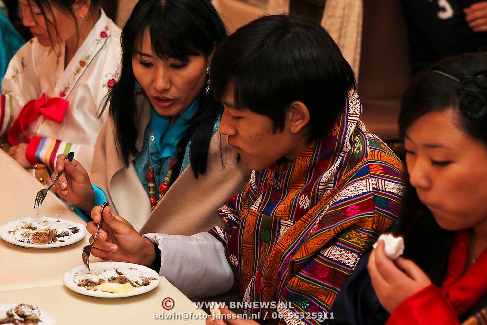 NLD/Laren/20100508 - Koningin Tshering Pem Wangchuck van Bhutan bezoekt Laren, bakt Hollandse poffertjes en probeert ze dan