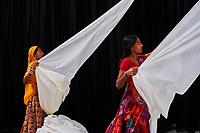 Inde, Rajasthan, Usine de Sari. Les tissus sechent en plein air. Ramassage des tissus secs par des femmes avant le repassage // India, Rajasthan, Sari Factory, Textile are dried in the open air. Collecting of dry textile are folded by women