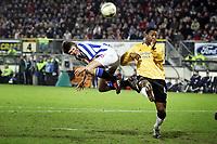 Fotball<br /> UEFA-cup 2004/05<br /> Heerenveen v Newcastle<br /> 17. februar 2005<br /> Foto: Digitalsport<br /> NORWAY ONLY<br /> jan huntelaar kopt voor titus bramble