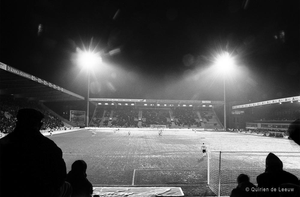 Toeschouwers kijken naar een wedstrijd in het Olympisch stadion van Antwerpen in winterse omstandigheden