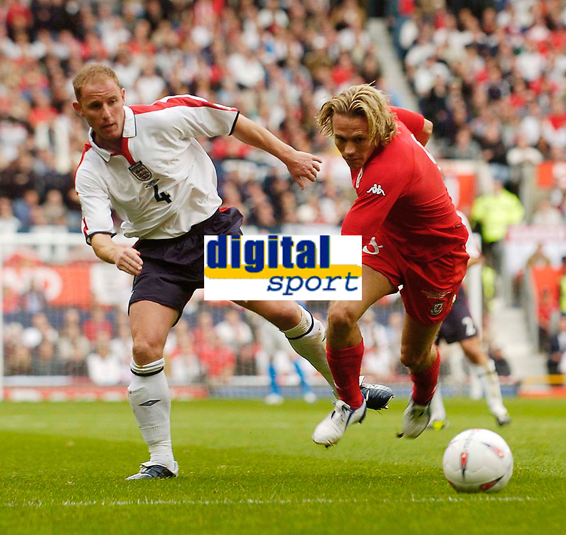 Fotball<br /> Foto: SBI/Digitalsport<br /> NORWAY ONLY<br /> <br /> England v Wales<br /> 09.10.2004<br /> <br /> Wales' Craig Bellamy (R) tries to take on England's Nicky Butt