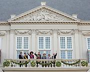 """De """"balkonscène"""" van de koninklijke familie op Paleis Nooreinde o, Prinsjesdag 2012. /// Royal family at palace Noordeinde on """"Prinsjesdag""""in The Hague<br /> <br /> Op de foto / On the photo: <br />  (VLNR) Prins Constantijn, prinses Laurentien, prinses Maxima, prins Willem-Alexander, koningin Beatrix, prinses Margriet en prof. Pieter van Vollenhoven"""