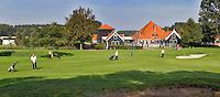 VELSEN - Hole E9 met op de achtergrond alle accomodatie van Spaarnwoude. Openbare golfbaan Spaarnwoude. Copyright KOEN SUYK